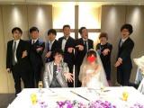 多くの先輩芸人に囲まれる中、結婚式を行ったスーパーマラドーナの田中一彦(前列左)