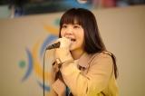デビュー曲「SAKURA」を熱唱する吉岡聖恵