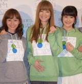 新しい命を宿したお腹にそっと手を置く吉澤ひとみ(中央) 左は藤本美貴、右は嗣永桃子 (C)ORICON NewS inc.