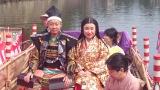 """島根県の国宝、松江城で挙式した""""風水芸人""""出雲阿国。時代装束に身を包んで遊覧船で入城した"""