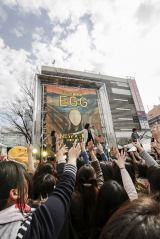 新宿ステーションスクエアでゲリラライブを行ったflumpool 写真:上飯坂一