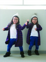 (左から)あんなちゃん、りんかちゃん=フォトブック『ツインガールズ』のカット画像(C)matsuko
