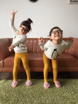 (左から)りんかちゃん、あんなちゃん=フォトブック『ツインガールズ』のカット画像(C)matsuko