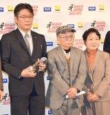 『SUGOI JAPAN Award2016』に出席した(左から)円城塔、伊藤計劃さんの父・母 (C)ORICON NewS inc.