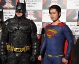 映画『バットマン vs スーパーマン ジャスティスの誕生』のジャパンプレミアに登壇した千葉ットマン(左) (C)ORICON NewS inc.