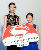 映画『バットマンVSスーパーマン ジャスティスの誕生』ジャパンパンプレミアに登壇した本作に出演の日本人女優・TAOと女子スキージャンプの高梨紗羅選手