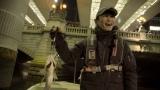 スズキを釣り上げて笑顔を見せるサカナクション山口一郎(C)NHK