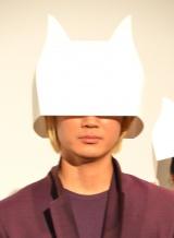 舞台あいさつで顔を隠した綾野剛 (C)ORICON NewS inc.