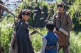 第2回より。タンダ(東出昌大)の手当で一命をとりとめたバルサ(綾瀬はるか)は、チャグム(小林颯)ともに先住民ヤクーの村に出かける(C)NHK