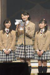 さくら学院2015年度卒業生(左から白井沙樹、磯野莉音、大賀咲希)