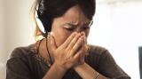 『理想の母親』動画のワンシーン。子供の想いを知り感動の涙を流すママ。