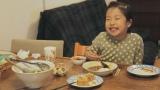 『理想の母親』動画のワンシーン。「ママの料理はカレーが好き」と答える女の子。