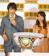 42食分の超特大豚丼が登場(左から)千原ジュニア、川田裕美アナ (C)ORICON NewS inc.