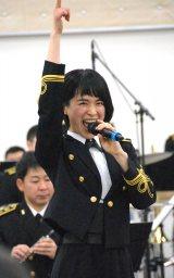 「ハニーフラッシュ!」を決める三宅由佳莉3等海曹 (C)ORICON NewS inc.