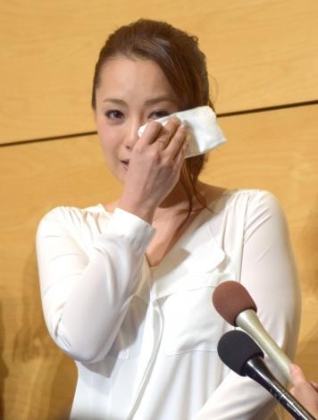 涙を拭う場面も=離婚報告会見を行った三船美佳 (C)ORICON NewS inc.