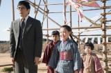 4月4日、第1回。物干し台から降りれなくなり、職人に助けてもらった常子(内田未来)。常子を心配して集まった人々に謝る竹蔵(西島秀俊)(C)NHK