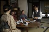 4月4日放送、第1回。みかんを揉んで食べる竹蔵(西島秀俊)と常子(内田未来)(C)NHK