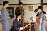 4月5日放送、第2回。子どもたちと同じ目線で話をする竹蔵(西島秀俊)(C)NHK