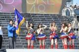 (左から)『第1回AKB48グループ東西対抗歌合戦』に勝利し、優勝旗を受け取ったAKB48・横山由依、渡辺麻友、柏木由紀、入山杏奈、峯岸みなみ(C)AKS