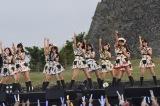 沖縄・中城城跡の野外ステージで結成2周年公演を開催したAKB48チーム8(C)AKS