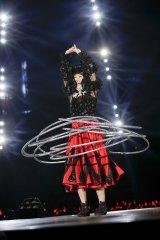 「イマジネーション」でソロフープダンスを披露する百田夏菜子 Photo by HAJIME KAMIIISAKA+Z