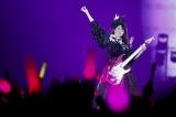 「夢の浮世に咲いてみな」でエレキギターを演奏する佐々木彩夏 Photo by HAJIME KAMIIISAKA+Z