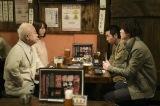 第7回より。 賢治(柄本時生)は理沙(松井玲奈)とツチノコ(小堺一機)、そして須藤(桜田通)と夕食をすることに(C)NHK
