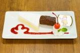 完全事前予約制のTOWER RECORDS CAFE 渋谷店(タワーレコード渋谷店2F)カフェメニュー。おそ松の「謎、解けましてございます!すっかり和んで丸くなったキョーキ…じゃなくてケーキ」 (C)赤塚不二夫/おそ松さん製作委員会