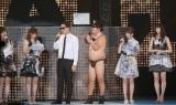 GirlsAward に登場したバナナマン扮するT-STYLEのティムラ(日村勇紀)。観客からは黄色い悲鳴が…(撮影:片山よしお) (C)oricon ME inc.