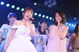 ラストナンバー「桜の花びらたち」では前田敦子(右)ら1期生の卒業生が駆けつけた(C)AKS