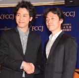 日本外国特派員協会の会見に主演映画『アイアムアヒーロー』(23日公開)で出席した(左から)大泉洋、佐藤信介監督