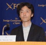 日本外国特派員協会の会見に主演映画『アイアムアヒーロー』(23日公開)で出席した(左佐藤信介監督