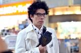 TBS系日曜劇場『99.9 刑事専門弁護士』に片桐仁の粘土作品「カレイPhone」が登場(C)TBS