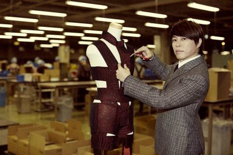 HOT LIMITスーツを裁断した西川貴教