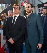 (左から)ロバート・ダウニーJr.、クリス・エヴァンス (C)2016 Marvel.