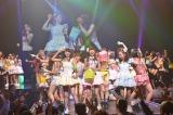 本編ラスト「HARAJUKU▼駅前Stageで逢いましょう!」でカラーボールを投げ込むメンバー(▼=ハートマーク)