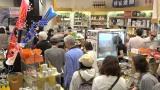 「銀座熊本館」店内には熊本の品を購入し、貢献しようとする人々の列ができていた (C)ORICON NewS inc.