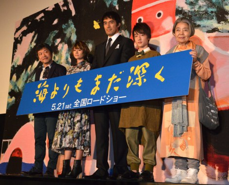 映画『海よりもまだ深く』舞台あいさつ(左から)是枝裕和監督、真木よう子、阿部寛、吉澤太陽、樹木希林 (C)ORICON NewS inc.