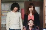 花には目と耳に障害を持つ娘・海(住田萌乃) がおり、住む家を探して困っていた(C)NHK