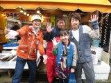 さかなクン馴染みの鮮魚店にて(左から)さかなクン・鮮魚店ご主人・谷花音・田村淳 (C)山口放送