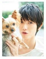 """愛犬""""らみ""""と一緒に柔らかい表情を見せる本郷奏多(C) PIA / Photo by 小暮和音"""
