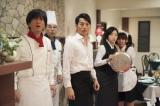 4月26日スタート、NHK・BSプレミアム『最後のレストラン』第1話より。ある日、園場(田辺誠一)たちの前に織田信長(竹中直人)が突然、時空を超えて現れる(C)NHK