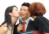 (左から)橋本マナミ&LiLiCoからのキスにとろける綾部祐二(C)ORICON NewS inc.