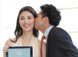 照れ笑いでピース・綾部祐二からのキスを受ける橋本マナミ=GILTスペシャルイベント『FASHIONNOVATION』