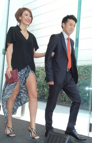 セクシーなスリット入りドレスで登場したLiLiCo(左)、綾部祐二=GILTスペシャルイベント『FASHIONNOVATION』
