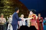 募金活動で集まった義援金を高島宗一郎福岡市長に手渡した市川猿之助