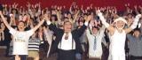主題歌「トライ・エブリシング」でダンス(左から)高橋茂雄、芋洗坂係長、八木 (C)ORICON NewS inc.