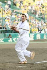 阪神甲子園球場でファーストピッチセレモニーを行った篠原信一