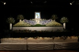 和田光司さんの代表曲「Butter-Fly」にちなんで青い蝶がモチーフとなる花祭壇がつくられた