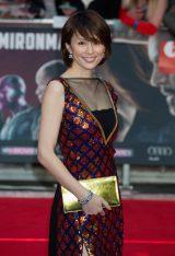赤と青のスパンコールが施されたドレスで魅了(C)Chiaki Nozu